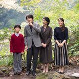 30. November 2017  Prinz Akishino feiert heute seinen 52. Geburtstag. Zu diesem Anlass wird eine neues Familienfoto veröffentlicht. Das Bild zeigt Prinz Akishino gemeinsam mit seiner Frau Prinzessin Kiko und den KindernPrinz Hisahito und Prinzessin Mako, aufgenommen am 4. November im Garten ihrer Residenz in Akasaka.