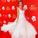 """Wie passend! SusanSideropoulos kommt in einem Kleid auf den roten Teppich, das wie eine wunderschöne Kirschblüte à la """"Mon Chérie"""" wirkt."""