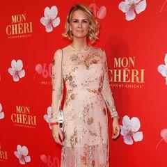 """Goldene Elemente, die auf hauchzartem Stoff sitzen, machen das Aigner-Kleid von Monica Ivancan zu einem Fashion-Highlight, das sie auf der """"Best Dressed""""-Liste ganz nach vorne katapultiert."""