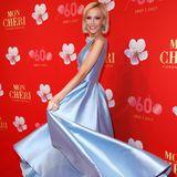 Den Cinderella-Moment erlebt Lisa Loch auf dem roten Teppich, als sie ihre babyblaue Satinrobe märchenhaft schwingt.