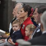 Prinz Oscar schaut ein wenig skeptisch. Schwester Estelle ist schon ein echter Tauf-Experte.