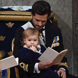 Prinz Alexander sitzt zunächst bei Papa Carl Philip auf dem Schoss. Irgendwann macht geht er aber auf Erkundungstour ...