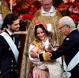 Wie seine Cousins und Cosuinen vor ihm erhält Prinz Gabriel seinen ersten Orden von Großvater Carl Gustaf zur Taufe.