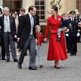 Prinzessin Victoria und ihre Lieben gehen Richtung Schloss.