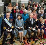 Rechts vom Altarsitzen König Carl Gustaf, Königin Silvia, Prinzessin Victoria (mit Oscar), Prinz Daniel und Chris O'Neill. Prinzessin Sofias Eltern, Erik Hellqvist, Marie Hellqvist, sitzen ebenfalls auf dieser Seite. Und Prinz Alexander ist kurz zu seiner Oma gelaufen.