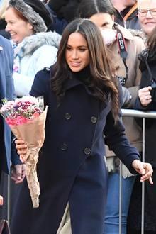 1. Dezember 2017  Ein solches Bild sind wir bereits von Herzogin Catherine gewöhnt. Nun wird auch Meghan mit Blumen beschenkt.