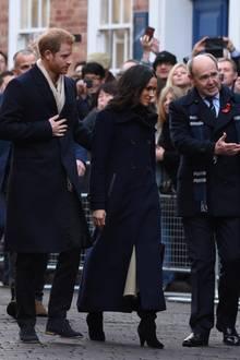 1. Dezember 2017  Der Andrang vor dem National Justice Museum in Nottingham ist groß: Alle wollen einen Blick auf Prinz Harry und Meghan Markle werfen, die sich erstmals seit ihrer Verlobung bei einem öffentlichen Termin zusammen zeigen.