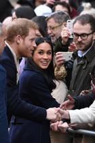 1. Dezember 2017  Manch angereister Royal-Fan hat besonders viel Glück: Er kann das Paar nicht nur aus der Ferne betrachten, sondern bekommt auch noch einen freundlichen Händedruck vom Paar höchstpersönlich, das sich nicht eine Sekunden aus den Augen lässt.