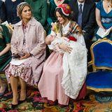 Bei der Taufe ihres kleinen Neffen, Prinz Gabriel, beweist Madeleine einmal mehr, warum sie auch Luxus-Prinzessin genannt wird. Ihr Mantel und das Kleid stammen jeweils vom italienischen Designer Valentino und kosten zusammen stolze 20.000 Euro. Da wirken die Pumps von Gianvito Rossi (ca. 560 Euro) und die Clutch von Bottega Veneta (ab 1.400 Euro) fast schon wie ein Schnäppchen.