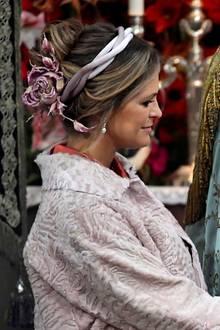 Farblich zum Valentino-Mantel passend schmückt Prinzessin Madeleine mit einem florale Haarkranz