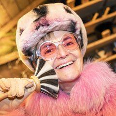 """Der """"Romantische Weihnachtsmarkt"""" auf Schloss Emmeram in Regensburg ist ein echter Publikumsmagnet. Fürstin Glorias ausgefallene Outfits ziehen sicherlich auch den ein oder anderen Fan an. In diesem Jahr erscheint sie in einem rosafarbenen Yeti-Look, inklusive passender Accessoires."""