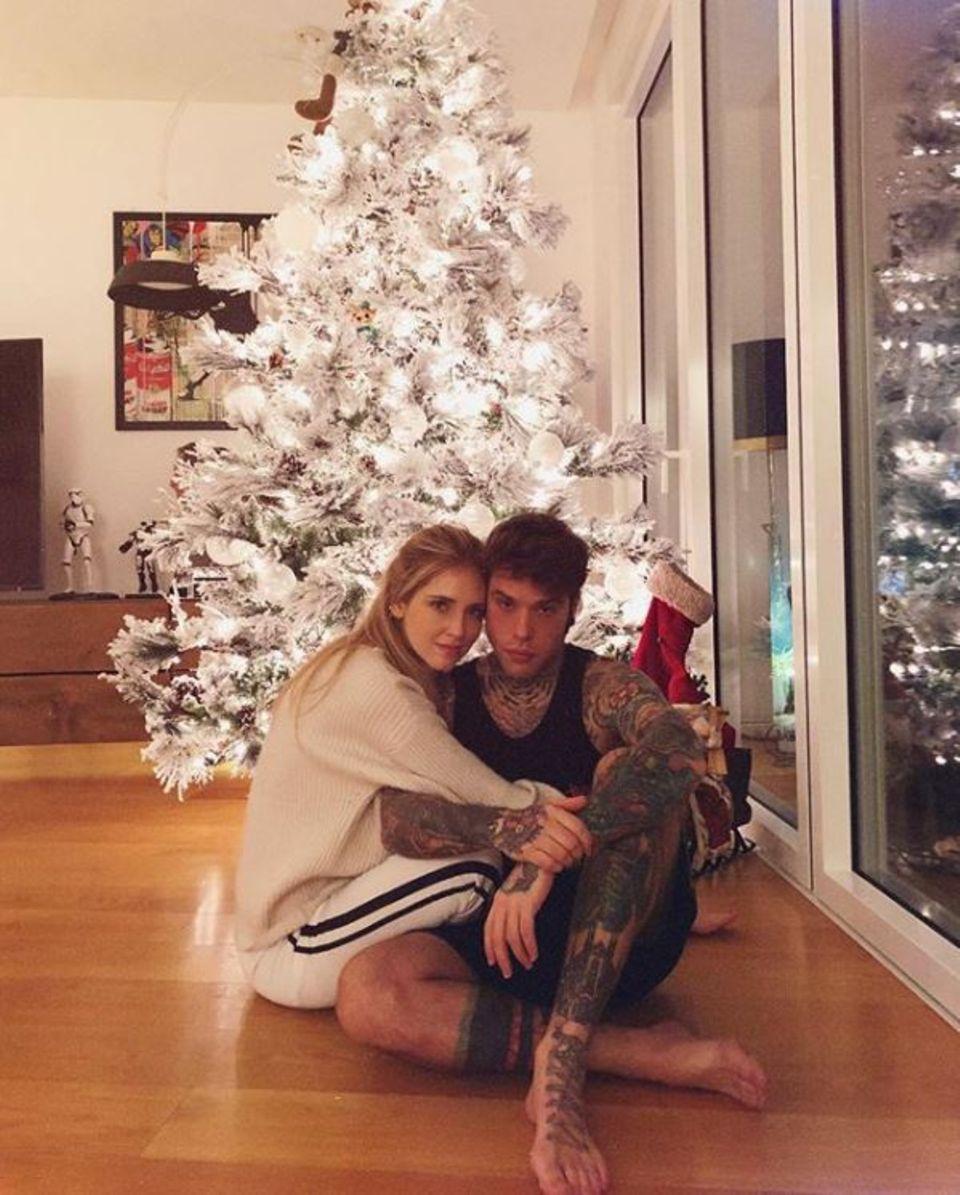 Chiara Ferragni und ihr Verlobter Fedez posieren vor ihrem wunderschön geschmückten Weihnachtsbaum.