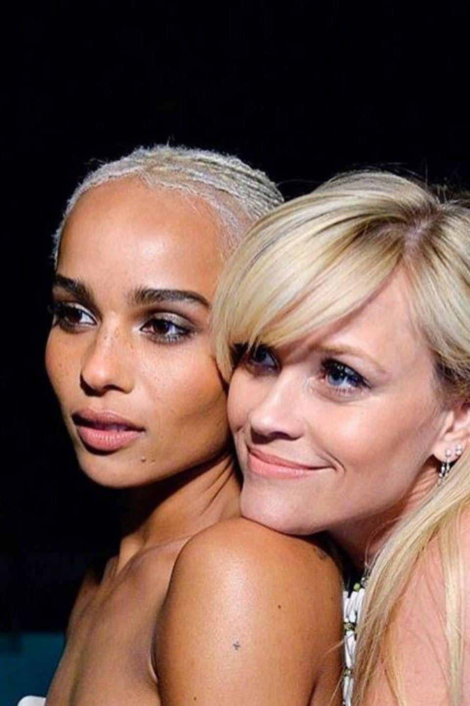 """Zoë Kravitzund Reese Witherspoon  Ihrer engen Freundin wünscht Reese mit diesem innigen Foto Glückwünsche zum Geburtstag. """"Ich liebe diesen Diamanten von Frau"""", postet sie."""