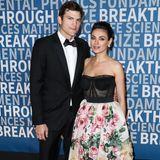 """Auch wenn Ashton Kutcher und Mila Kunis beide Hollywood-Stars sind, gehören gemeinsame Red-Carpet-Auftritte zur Seltenheit. Bei der """"Breakthrough Prize Ceremony"""", einer Preisverleihung für Wissenschaftler, erscheinen die beiden jedoch zusammen und beweisen, dass sie den eleganten Pärchenlook noch immer beherrschen. Er kommt in einem klassischen Anzug mit Fliege, sie in einem floralen Corsagenkleid."""