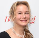 Dezember 2017: Auf dem roten Teppich ringt sich Renée Zellweger ein Lächeln ab. Ihr Gesichtsausdruck wirkt dabei sehr gekünstelt. Es scheint, als wäre ihr Haut zu den Ohren hin straff gezogen, einige Partien - besonders die Stirn - bleiben ganz ohne natürliche Regung.