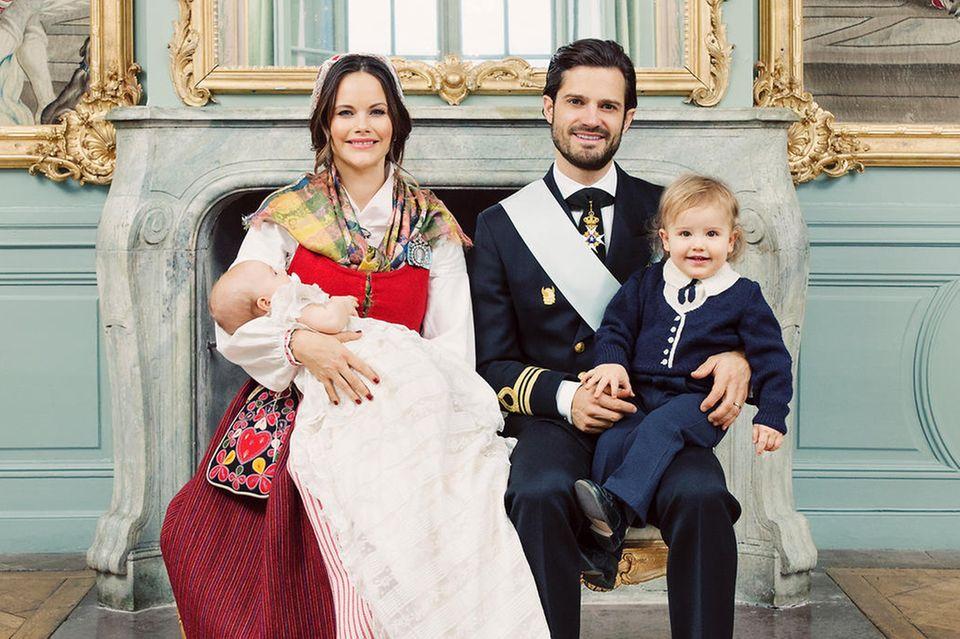 Das sind sie! Die offiziellen Taufbilder von Prinz Gabriel und seinen stolzen Eltern Sofia und Carl Philip und dem großen Bruder Alexander wurden vom schwedischen Könighshof veröffentlicht.