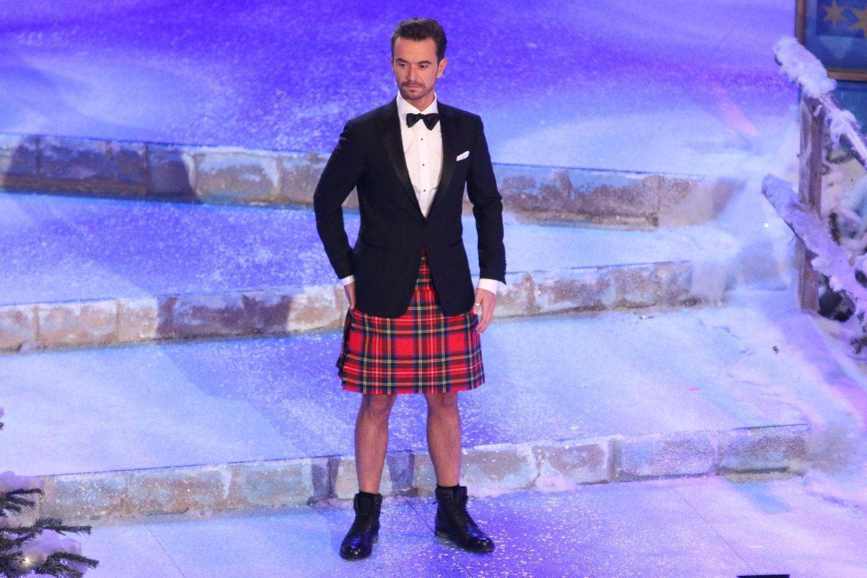 """Ganz schön ungewöhnliches Outfit: Beim """"Das Adventsfest der 100.000 Lichter"""" schlüpft Florian Silbereisen in einen Schottenrock."""