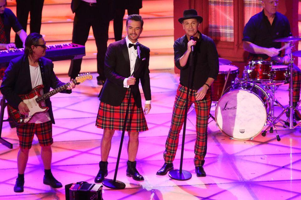 """Partnerlook à la Flori und Brings: Im Schotten-Look rocken die Musiker die Bühne des """"Adventsfests der 100.000 Lichter""""."""