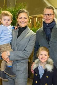 2. Dezember 2017  Prinz Oscar, seine Mutter Prinzessin Victoria, Tochter Prinzessin Estelle und Papa Prinz Daniel posieren für ein Gruppenfoto während der internationalen Pferde-Show in Stockholm.