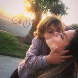 5. Dezember 2017  Ein Küsschen für die schöne Mama: Model Alessandra Ambrosio teilt einen innigen Moment mit Söhnchen Noah.