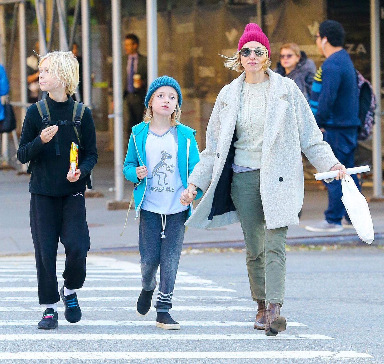29. November 2017  Stylishes Dreiergespann unterwegs in New York: Naomi Watts mit ihren immer größer werdenden Kindern Alexander und Samuel.