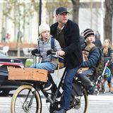 4. Dezember 2017  Das gibt es öfter auf den Straßen New Yorks zu seen: Liev Schreiber und seine Jungs unterwegs auf dem Rad.
