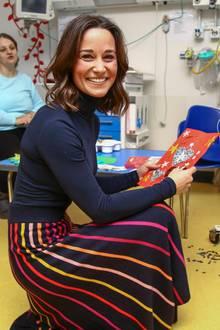 """In den letzten Monaten wurde es still um Pippa Middleton. Jetzt zeigte sich die Schwester von Herzogin Catherine bei einem Charity-Besuch des Kinderkrankenhauses in Bristol.In einem schwarzen Rolli und mit einem bunt-gestreiften Rock fallen besonders ihre schmale Taille und ihre knochigen Schultern ins Auge. Mit diesem Auftritt scheint die Botschafterin der """"British Heart Foundation"""" den Schwangerschaftsgerüchten der letzten Wochen endlich ein Ende zu setzen."""