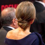 Letizias Haare sind zu einem raffinierten Knoten an ihrem Hinterkopf gebunden.