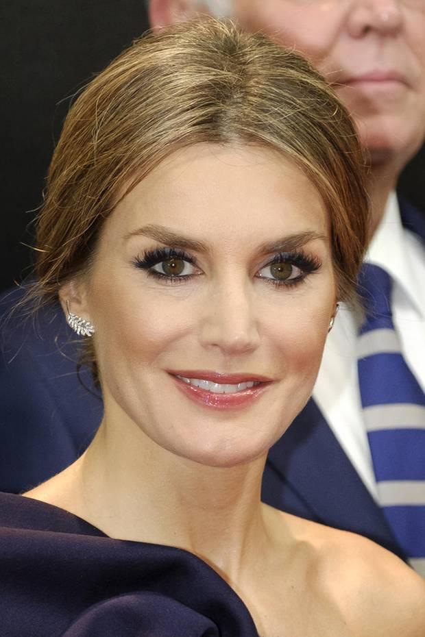 Zum schulterfreien Kleid wählt Königin Letizia eine von vorne recht einfach wirkende Hochsteck-Frisur. Aber von hinten verzückt sie noch viel mehr!