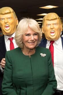 5. Dezember 2017  Hilfe! Während des Wohltätigkeitstags in London wird Herzogin Camilla von gleich drei Donald Trumps überfallen.