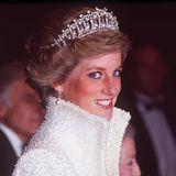 Prinzessin Diana trug das Prachtstück bereits Ende der 80er-Jahre, als sie zu Besuch in Hong Kong war und auch Catherine griff bereits in 2016 zu der Tiara. Die verblüffende Geschichte hinter dem Diadem: Es wurde schon vor 100 Jahren als Kopie für Queen Mary gefertigt, das Original ihrer Großmutter kam nämlich bei einer Auktion unter den Hammer und befindet sich in der Sammlung eines anonymen Bieters. Keiner weiß, wo es steckt.