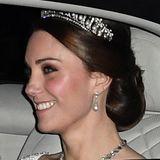 """Für den Empfang für das Diplomatische Korps im Buckingham Palace hat Herzogin Catherine Anfang Dezember 2017 die alten Schmuckstücke der britischen Königsfamilie durchforstet und ist dabei auf das """"Cambridge Lover's Knot"""" gestoßen, das wir nicht zum ersten Mal zu Gesicht bekommen..."""