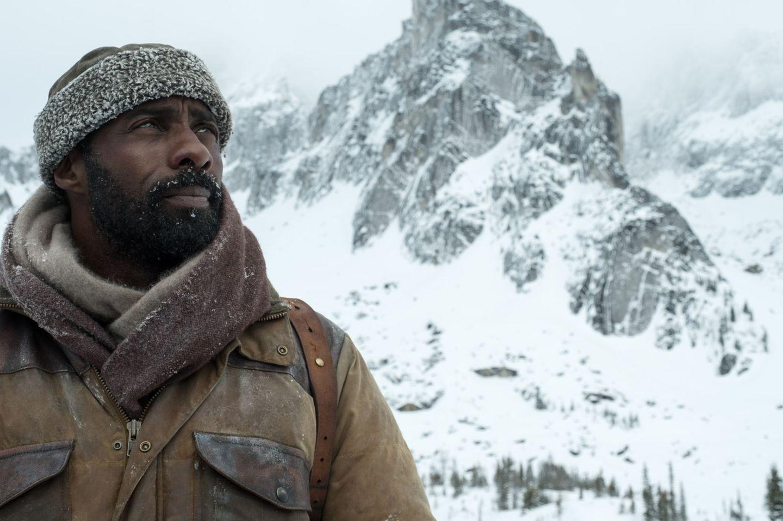 Mensch vs. Natur: Dr. Ben Bass (Idris Elba) fröstelt's beim Ausblick nach dem Flugzeugabsturz (Szenenbild)