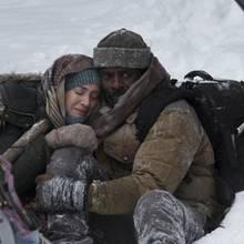 """Alex Martin (Kate Winslet) und DR. Ben Brass (Idris Elba) sind """"Zwischen zwei Leben"""""""