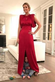 Pünktlich zum Nikolaus-Tag postet Ivanka dieses Foto von sich auf Instagram. Sie trägt ein bodenlanges Kleid in weihnachtlichem Rot. Die lockeren Ärmel und der seidene Stoff setzen ihre weibliche Silhuette perfekt in Szene. Auf den zweiten Blick fällt aber das süßeste Detail auf: Söhnchen Theo versteckt sich unter ihrem Rock und schaut frech hervor.