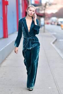 Samt ist auch in dieser Saison wieder ein absolutes Must-have. Model Josie Canseco zeigt, wie der Style auch auf der Straße funktioniert.