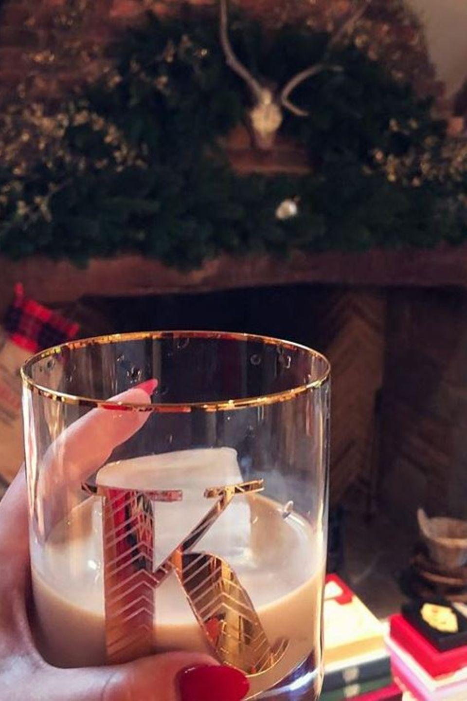 Kelly Brook hat nach anfänglichen Schwierigkeiten endlich ihren Kamin fertig weihnachtlich geschmückt. Als Belohnung gönnt sie sich ein Gläschen Baileys.