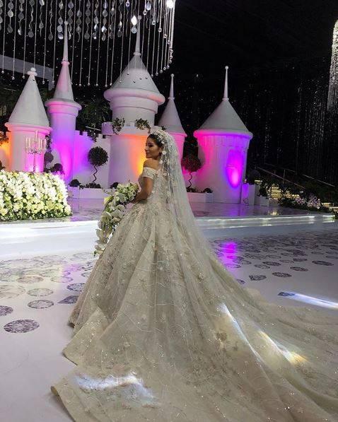 Wenn der Onkel ein milliardenschwerer Oligarch ist, scheint nichts unmöglich. Dann wird auf der Hochzeit ein eigenes, kleines Disney-Schloss aufgebaut und man darf in ein Kleid schlüpfen, auf das Cinderella neidisch wäre. So erging es nun Ganya Usman. Die Influencerin aus Usbekistan heiratete in einem Kleid von Rami Kadi, dessen Schleppe nicht nur meterlang, sondern auch komplett bestickt ist.