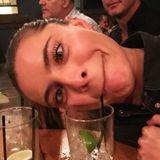 Ja, so ein netter Abend mit leckeren Drinks kann schnell lustig werden. Sophia Thomallas Gesicht beschreibt ihre heitere Stimmung ganz treffend.