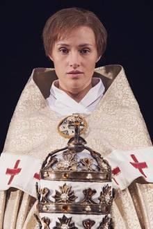 """""""Ich schaue in den Spiegel und frage mich, wer diese Frau ist"""", postet eine stark veränderte Anna Hofbauer, die sich sehr über die Rolle der """"Päpstin"""" freut."""