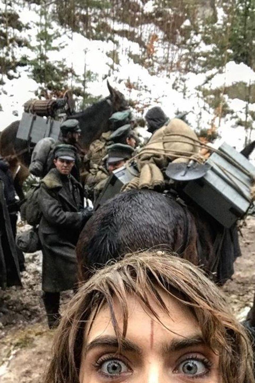 """Cara Delevingne gewährt uns einen Blick auf das Set der kommenden Fantasy-Serie """"Carnival Row"""", in der sie unter anderem neben Orlando Bloom spielt."""