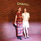 Die Schauspielerinnen Christiane Paul und Johanna Wokalek posieren vor der Show für die Fotografen.