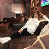 Auch mit Babybauch schmeißt Cathy Hummels sich stets in Schale. Zum weißen Fendi Rollkragen-Pullover trägt sie eine schwarze Skinny Jeans und auffällige High-Heels, die für Aufruhr unter ihren Fans sorgen.
