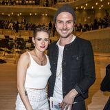 """Hollywood trifft Berlin: Kristen Stewart und Lars Eidinger haben in """"Personal Shopper""""zusammen gespielt und posieren in der Elbphilharmonie gemeinsam."""