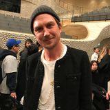 Chanel-Jacke und Perlenkette stehen auch Lars Eidinger hervorragend.