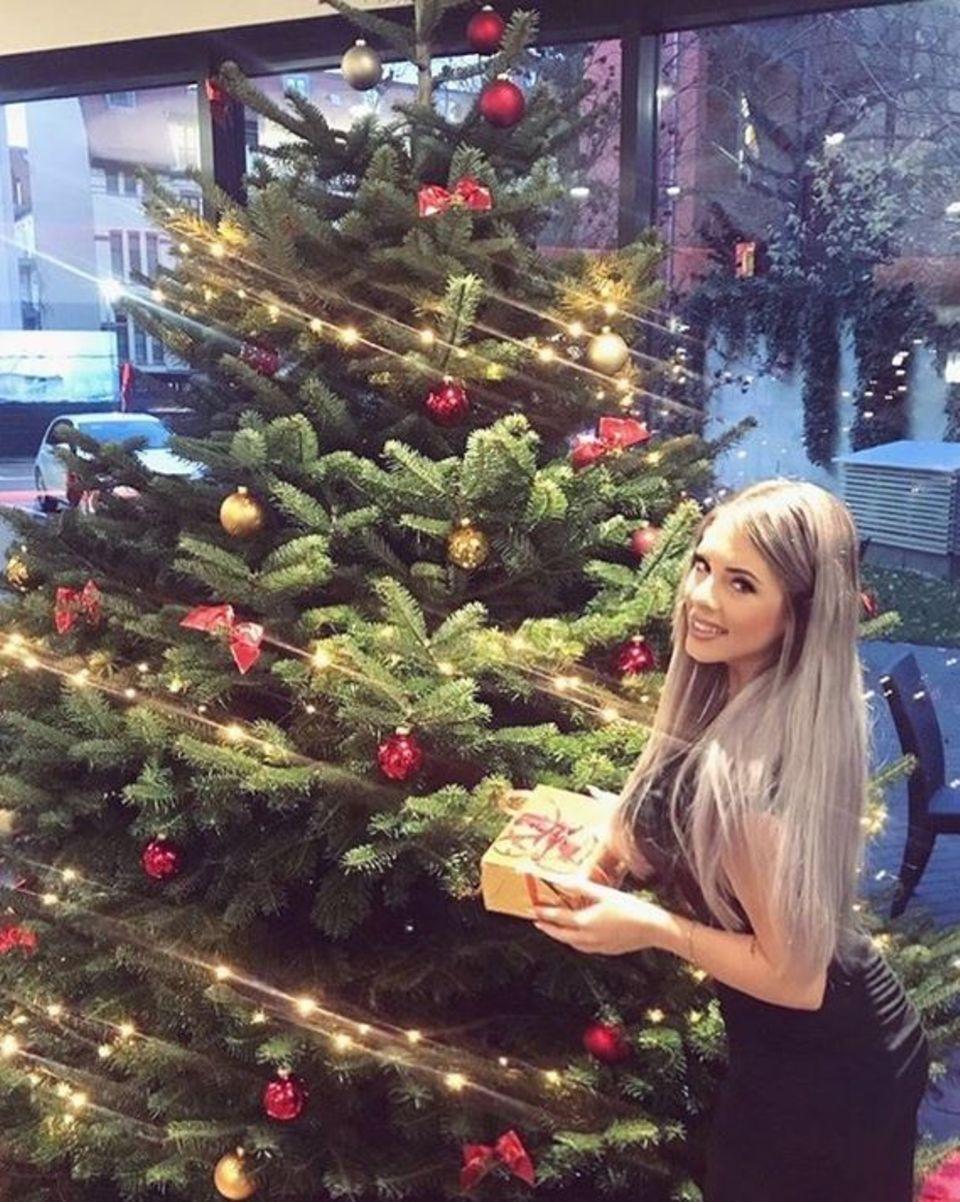 Jenny Frankhauser freut sich über ein kleines Geschenk zu Nikolaus und fragt ihre Fans, ob sie einen schönen Tag hatten.