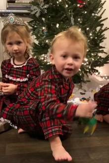 7. Dezember 2017  Auch im Hause Baldwin steht der Weihnachtsbaum schon. Im Partnerlook haben es sich Carmen, Rafael und Leonardo davor zum Spielen gemütlich gemacht.