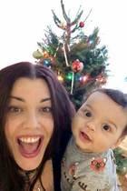 7. Dezember 2017  Die Vorfreude bei Mia Tyler und Söhnchen Axton auf Weihnachten steigt. Strahlend zeigen sie sich vor dem geschmückten Tannenbaum.