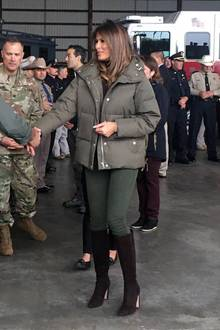 Auf hohe Schuhe kann Melania Trump einfach nicht verzichten. Zwar hat sie aus ihrem High-Heels-Fauxpas vom Sommer gelernt und die Luxus-Stilettos gegen Wildleder-Stiefel eingetauscht, hoch sind sie aber allemal. Vielleicht wären feste Boots passender gewesen.