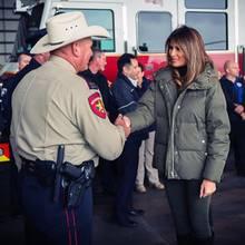 Melania Trump besucht Opfer und Helfer des Hurrikans Harvey in Corpus Christi, und auch wenn ihr Outfit im khakifarbenen Military-Look dem Anlass angepasst scheint, kann die First Lady auf eine Sache einfach nicht verzichten...